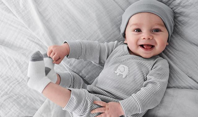 un bébé portant des vêtements de Carter's