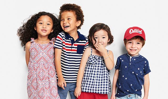 quatre enfants portant des vêtements Oshkosh